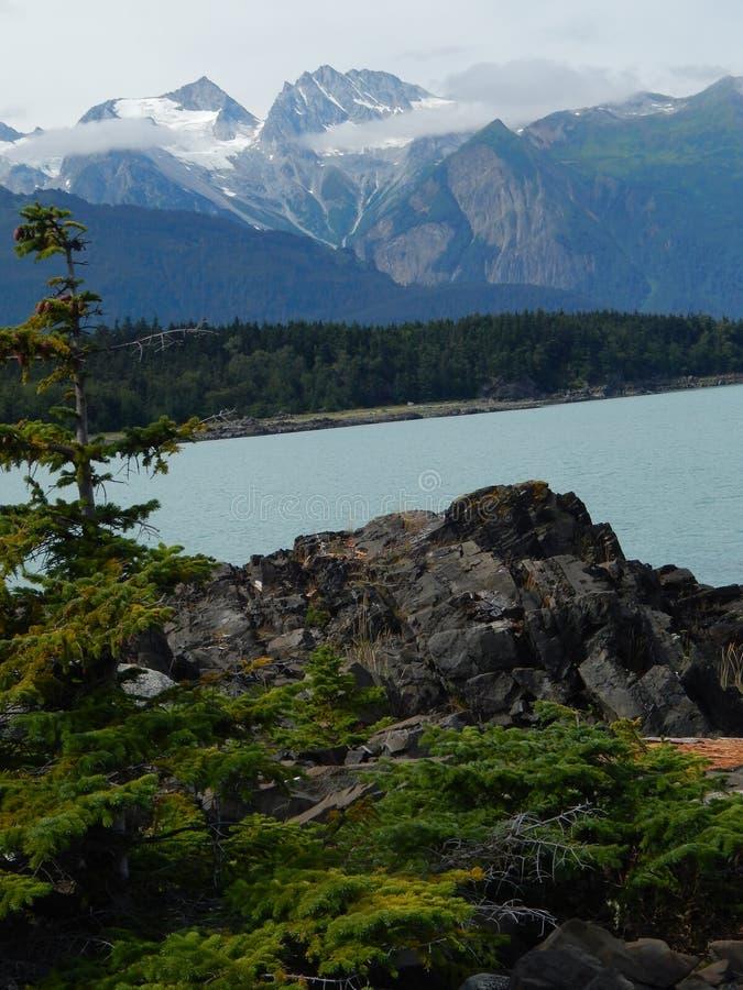 Bergen en rotsen door de oceaan royalty-vrije stock fotografie