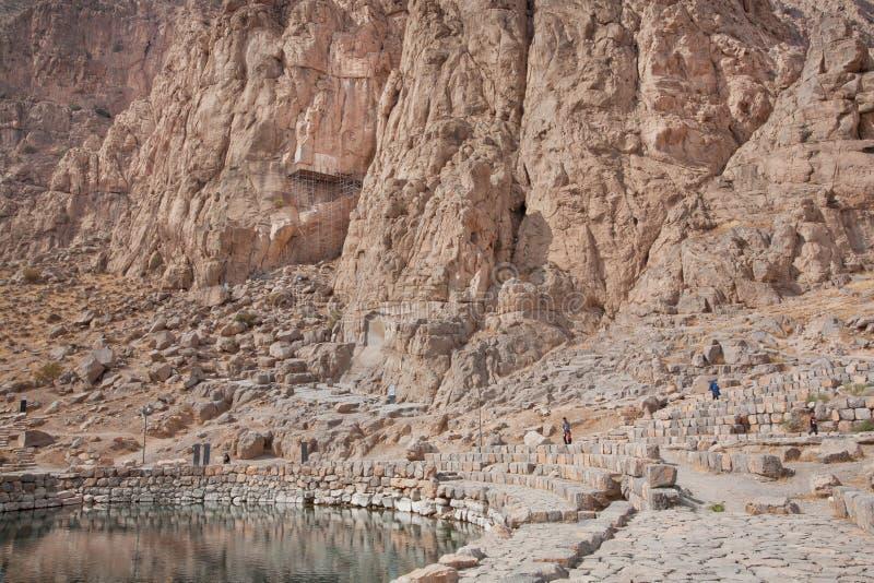 Bergen en schoon watermeer in mooie Perzische vallei met historische rotsachtige hulp royalty-vrije stock afbeelding