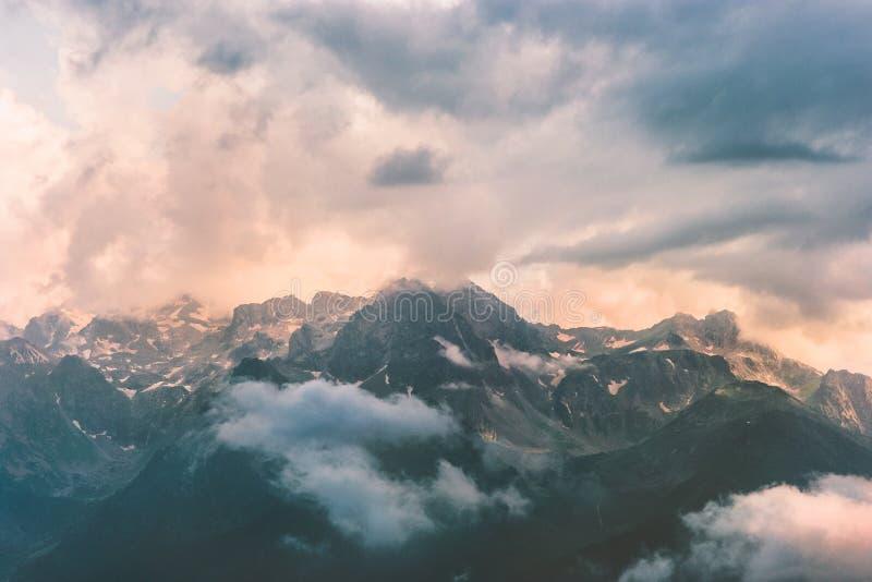 Bergen en stormachtig de Reissatellietbeeld van het wolkenlandschap royalty-vrije stock fotografie
