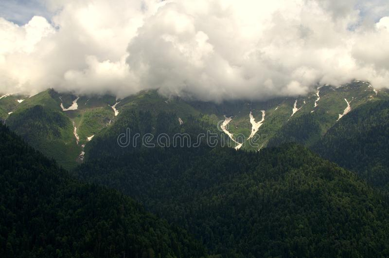 Bergen en Wolken stock afbeelding