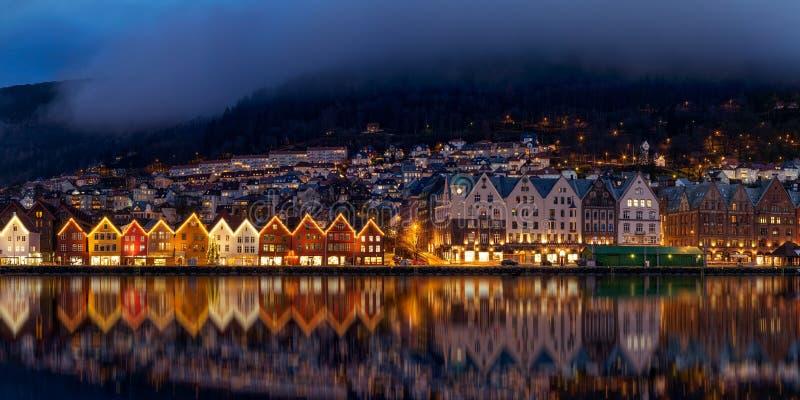 Bergen entro la notte fotografia stock libera da diritti