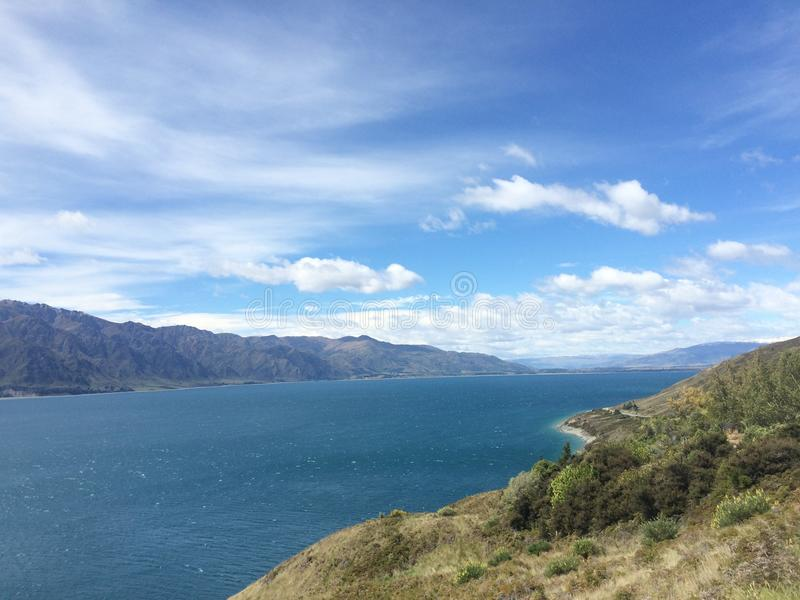 Bergen, hemel en meer royalty-vrije stock fotografie