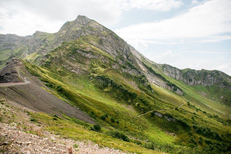 Bergen met Alpiene Weiden in Sotchi Krasnaya Polyana stock afbeeldingen