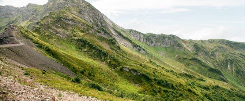 Bergen met Alpiene Weiden in Sotchi Krasnaya Polyana royalty-vrije stock foto's