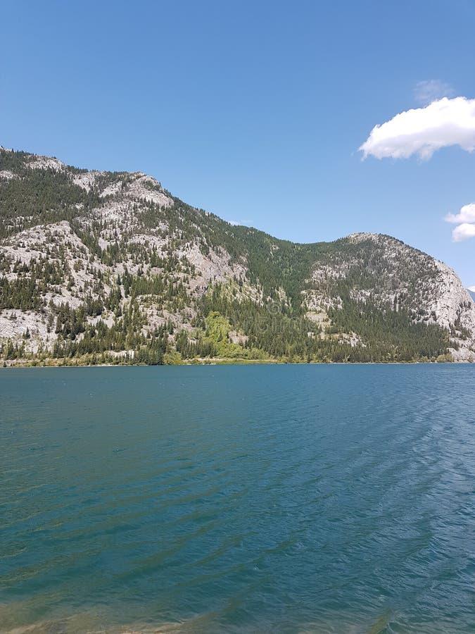 Bergen met blauwe meer en hemel royalty-vrije stock afbeeldingen