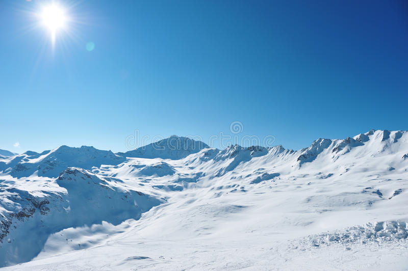 Bergen met sneeuw in de winter stock foto's