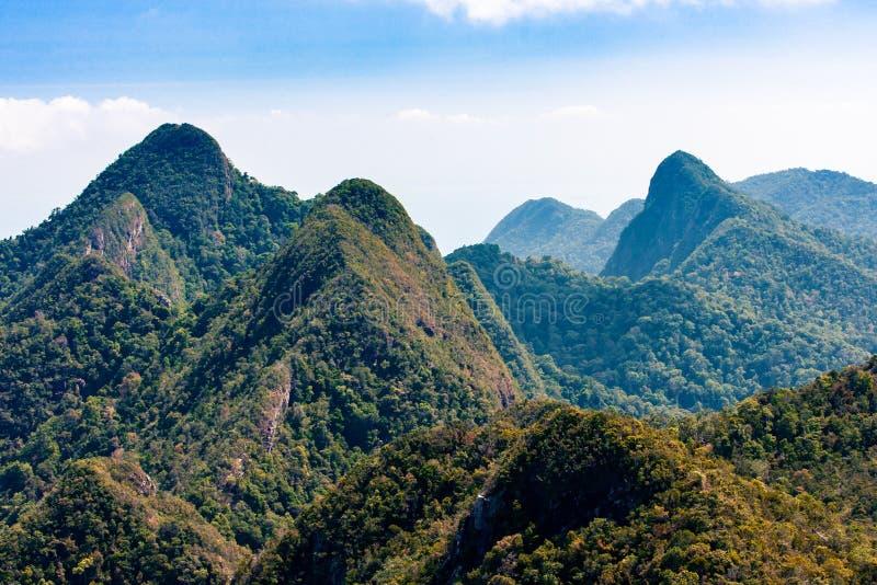 Bergen met tropische groene bos en blauwe hemel, Langkawi-eiland, Azië stock afbeeldingen