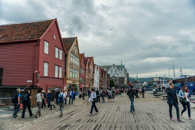 Bergen Norge-Juli 30, 2013: foto av träpromenaden av Bergen på en molnig dag Folket promenerar stranden royaltyfria foton