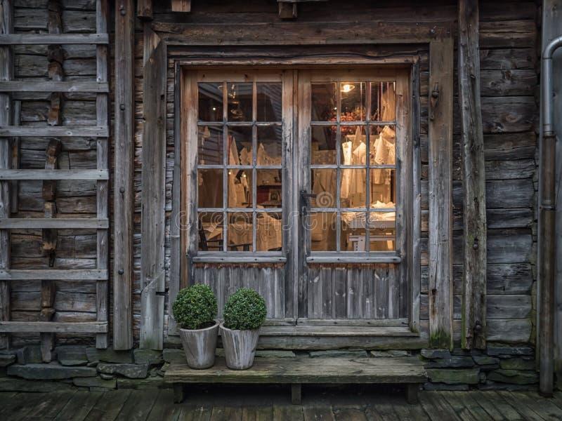 Bergen Norge - mars 2017: Gammalt shoppa fönsterljus inom av br arkivfoton