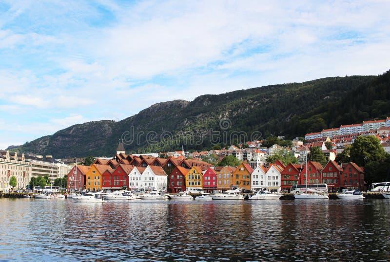 BERGEN, NORUEGA - CIRCA 2016: La ciudad vieja de Bergen que tenga muchas casas tradicionales, estos edificios es visitada por mil imágenes de archivo libres de regalías