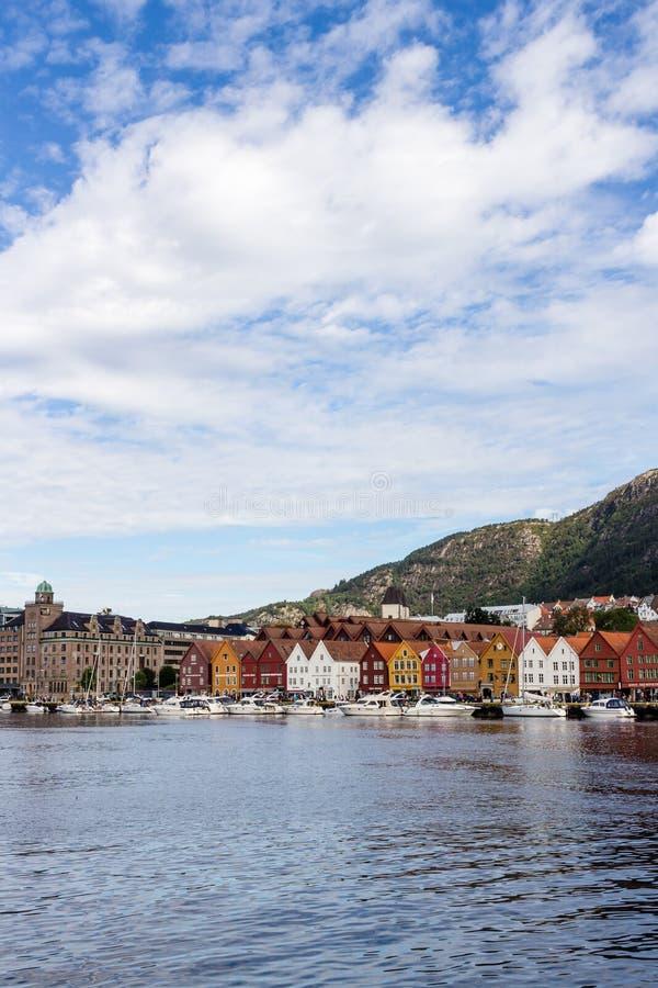 BERGEN, NORUEGA - CIRCA 2016: La ciudad vieja de Bergen que tenga muchas casas tradicionales, estos edificios es visitada por mil foto de archivo libre de regalías