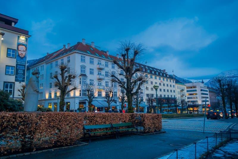 BERGEN, NORUEGA - 3 DE ABRIL DE 2018: Vista al aire libre de edificios cerca de la etapa nacional Bergen Den Nationale Scene, es fotografía de archivo libre de regalías