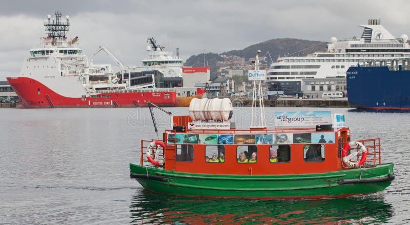 BERGEN, NORUEGA - 15 DE MAYO DE 2012: Tryg - children' barco del entretenimiento de s en el puerto de Bergen foto de archivo libre de regalías