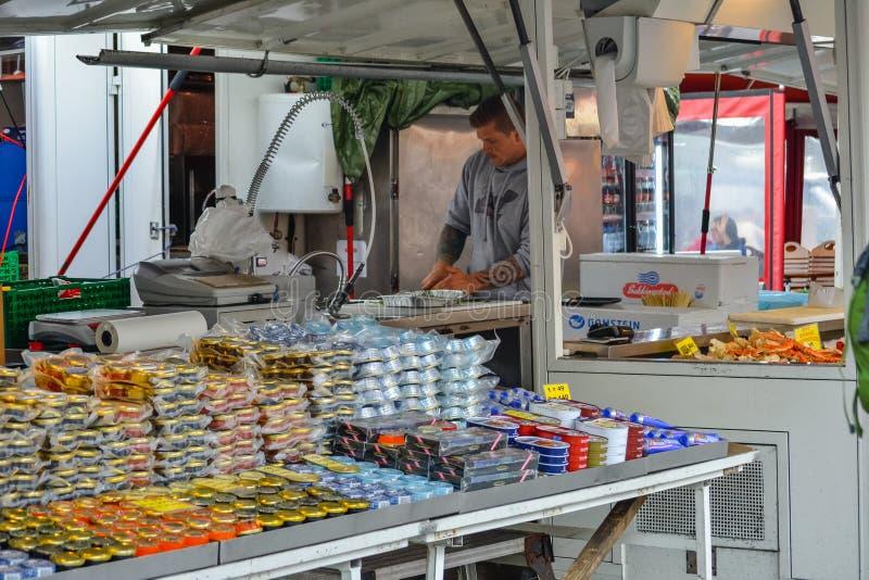 Bergen, Noruega, Escandin?via 21 Em junho de 2016, baixa de Bergen, centro de cidade, transporte, alimento da rua, arquitetura, c imagens de stock royalty free