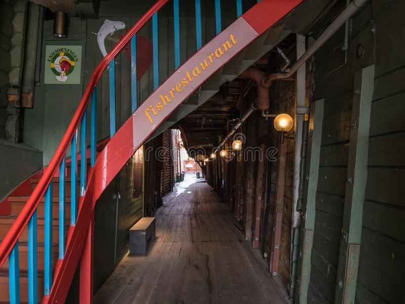Bergen, Noruega - marzo de 2017: Paso del restaurante en histo del bryggen fotografía de archivo