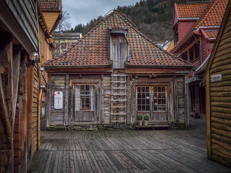 Bergen, Noruega - marzo de 2017: Tienda de madera vieja dentro del bryggen el suyo imagenes de archivo