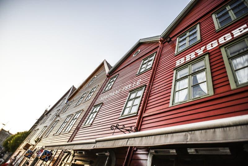Bergen, Noruega, o 23 de julho de 2017: Casas de madeira e coloridas velhas dentro imagem de stock royalty free