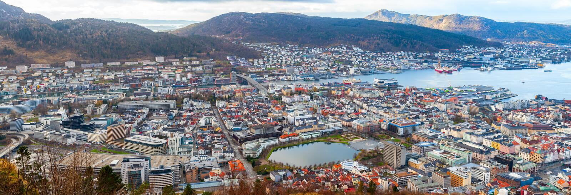 Bergen, Noruega Silhueta do homem de negócio Cowering foto de stock royalty free