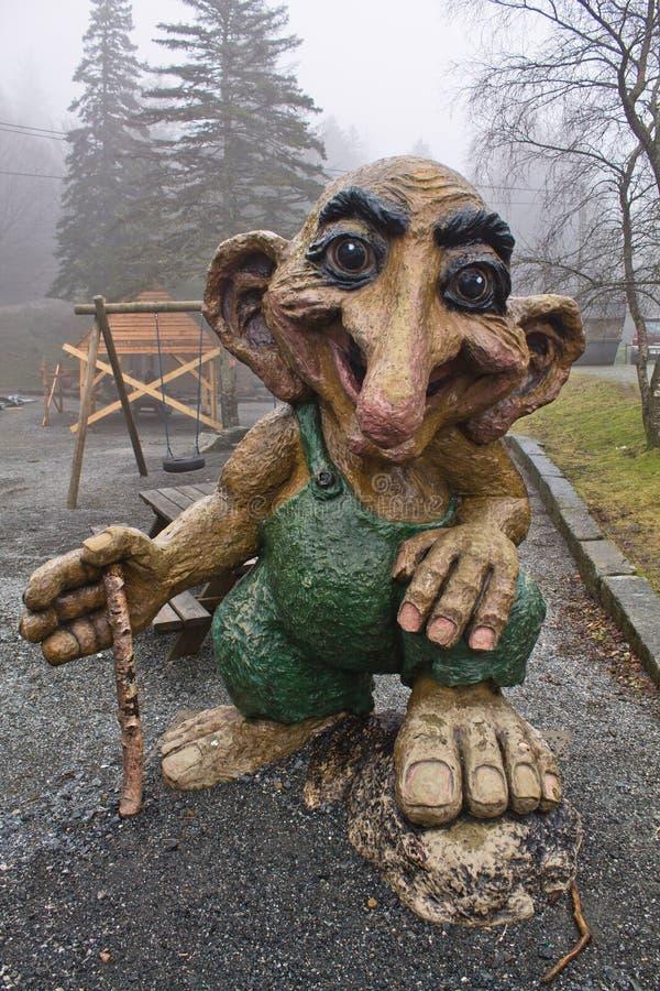 Bergen, Norvège - 8 mars 2012 : garde en bois de créature mythique de sculpture en troll géant énorme de forêt de Viking photographie stock libre de droits