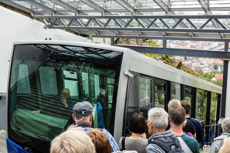 BERGEN, NORVÈGE - VERS 2016 : Les touristes attendent le bâti célèbre Floyen funiculaire pour arriver Ce train transporte des mil photos libres de droits