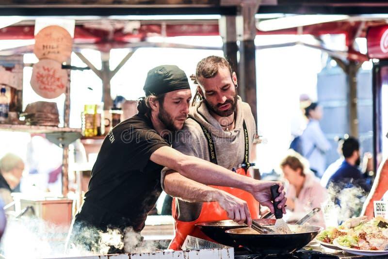 Bergen, Norvegia, il 23 luglio 2017: Bergen Fishmarket, cuochi del cuoco unico alla t immagine stock