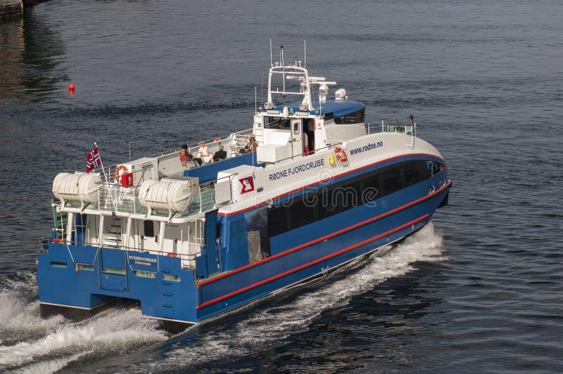 BERGEN/NORWAY - 21ST de de veerbootbladeren van Rodne Fjordcruise van JUNI 2007 zijn stock afbeelding