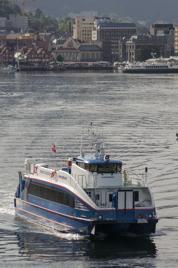 BERGEN/NORWAY - 21ST de de veerbootbladeren van Rodne Fjordcruise van JUNI 2007 zijn royalty-vrije stock fotografie
