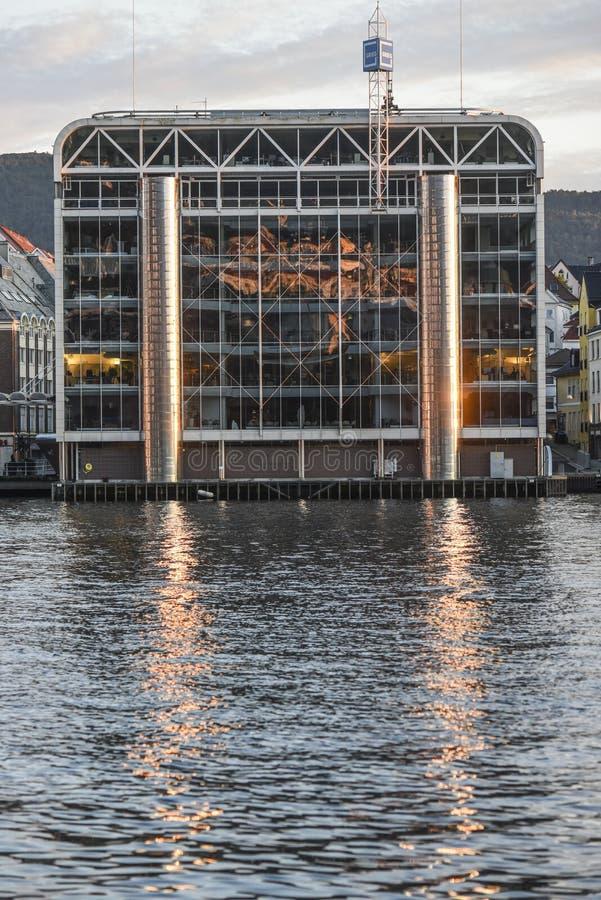 Bergen, Norwegen, am 23. Juli 2017: Ein modernes Glasgebäudereflektieren stockfotos