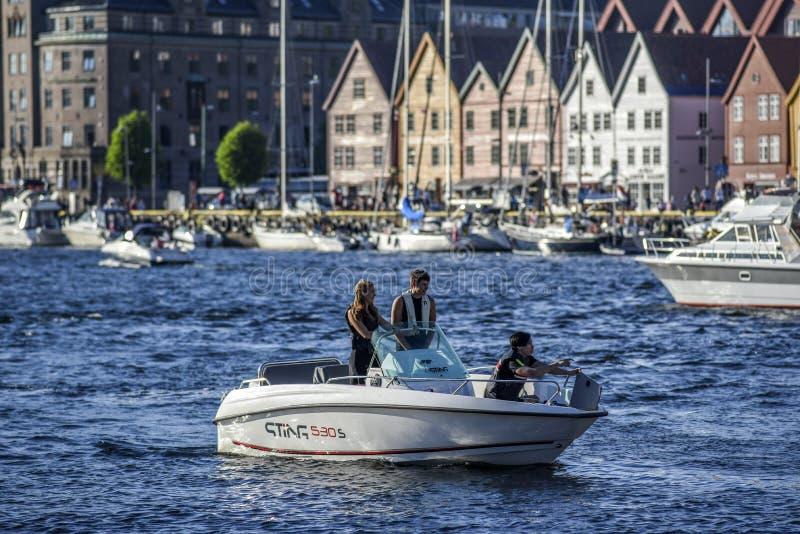 Bergen, Norwegen, am 23. Juli 2017: Leute auf einer Motorboot hereinkommenden Brustbeere lizenzfreie stockbilder
