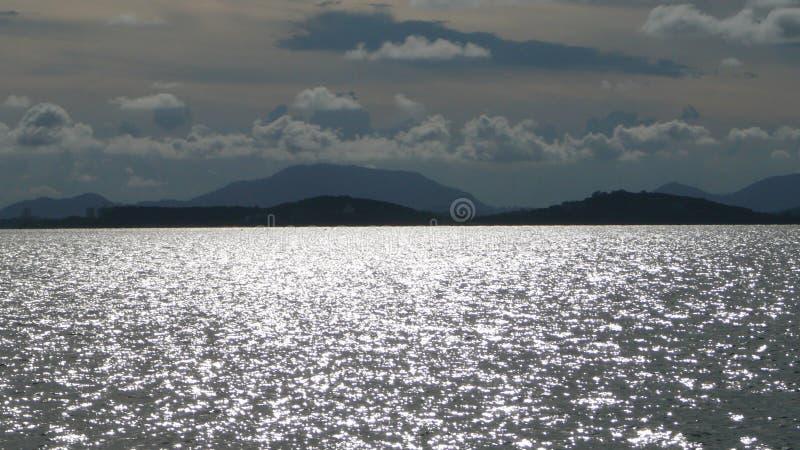 Bergen, oceaan en wolken royalty-vrije stock foto