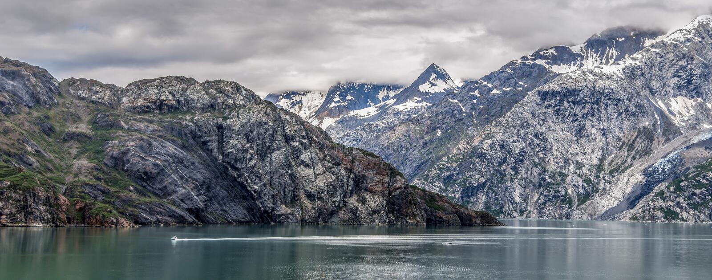 Bergen & Oceaan met bewolkte hemel bij Gletsjerbaai Alaska royalty-vrije stock fotografie