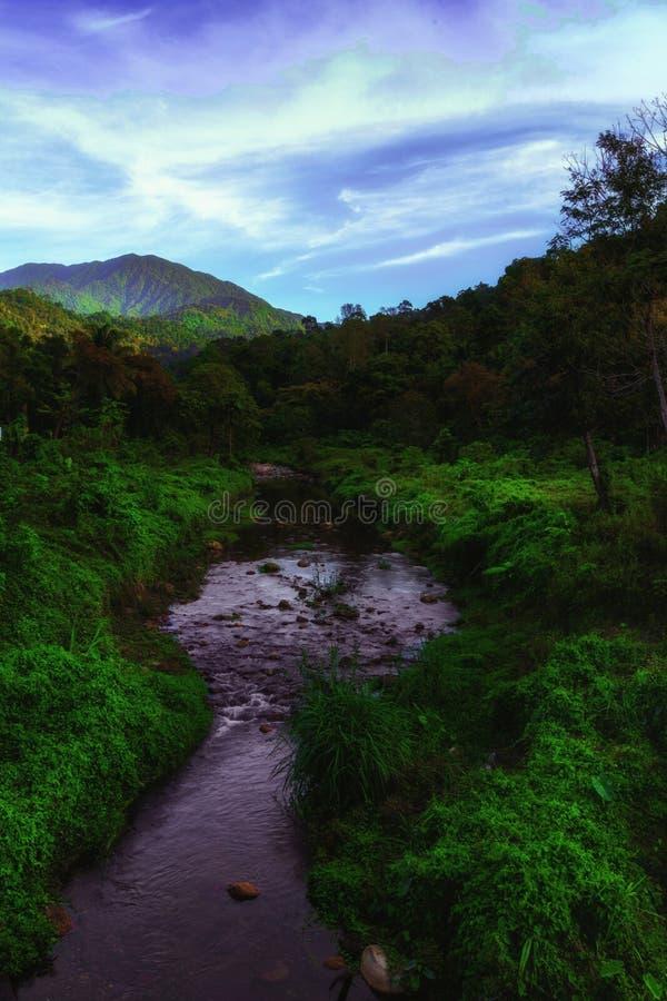 Bergen och strömmen på den Kiriwong byn royaltyfria bilder