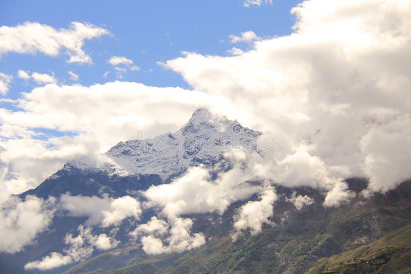 bergen onder wolken in Leh ladakh stock afbeeldingen