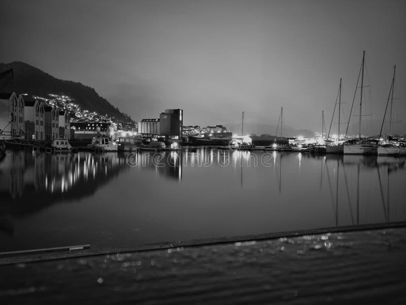 Bergen por noche foto de archivo