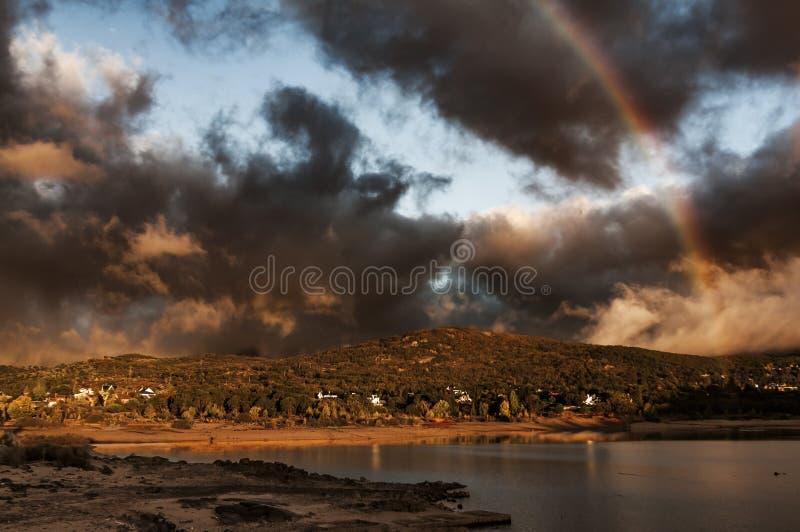 Bergen, rotsen en water Mooi Reservoir royalty-vrije stock fotografie