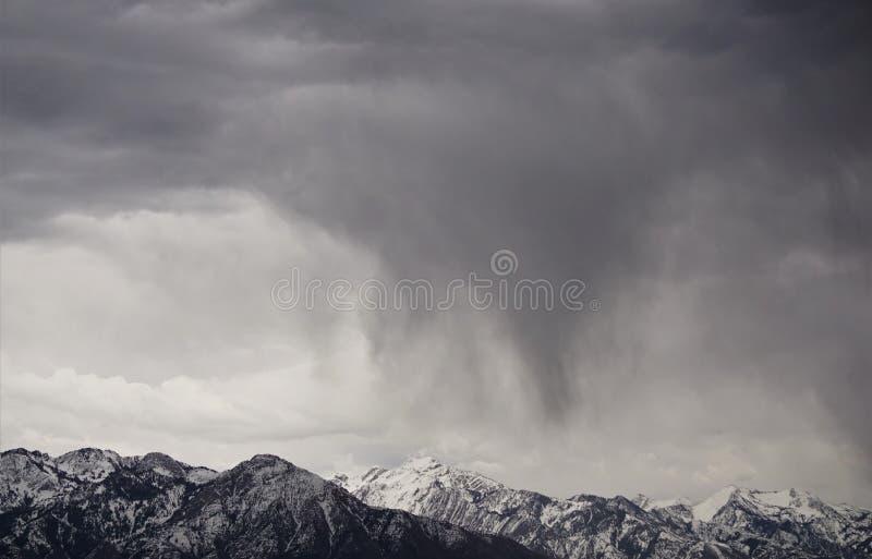 Bergen in sneeuw en regen stock afbeeldingen