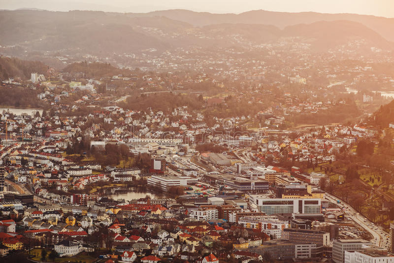 Bergen stad i Norge på solnedgången arkivfoto