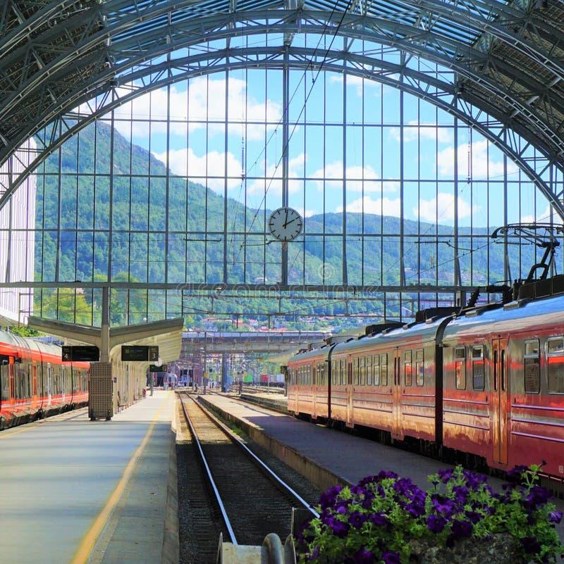 Bergen Train Station dez após o meio-dia na tarde ensolarada fotografia de stock