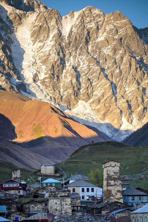 Bergen van de Grote Kaukasus en het dorp Ushguli in Svaneti, Georgië stock foto's