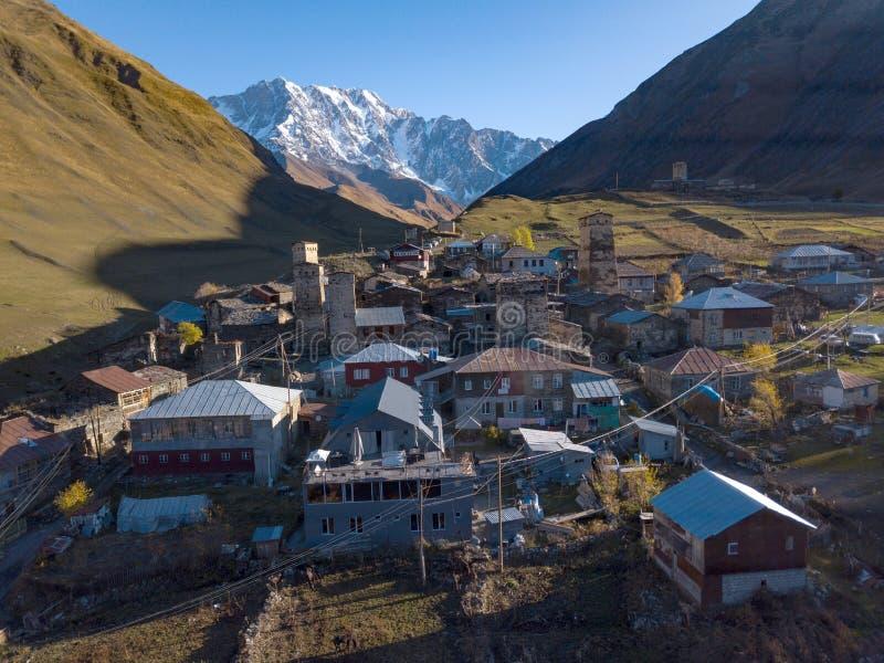Bergen van de Grote Kaukasus en het dorp Ushguli in Svaneti, Georgië stock afbeeldingen