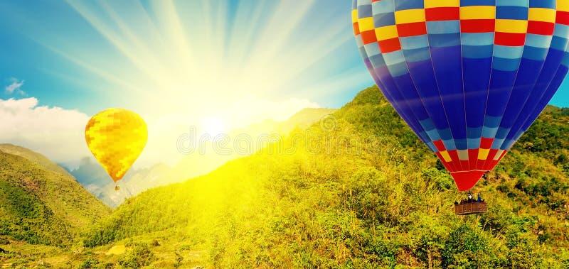 Bergen van de de lucht de hete impuls van de de lentezonsondergang stock afbeeldingen