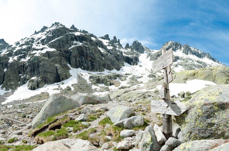 bergen van Gredos met overblijfselen van sneeuw in de lente royalty-vrije stock foto