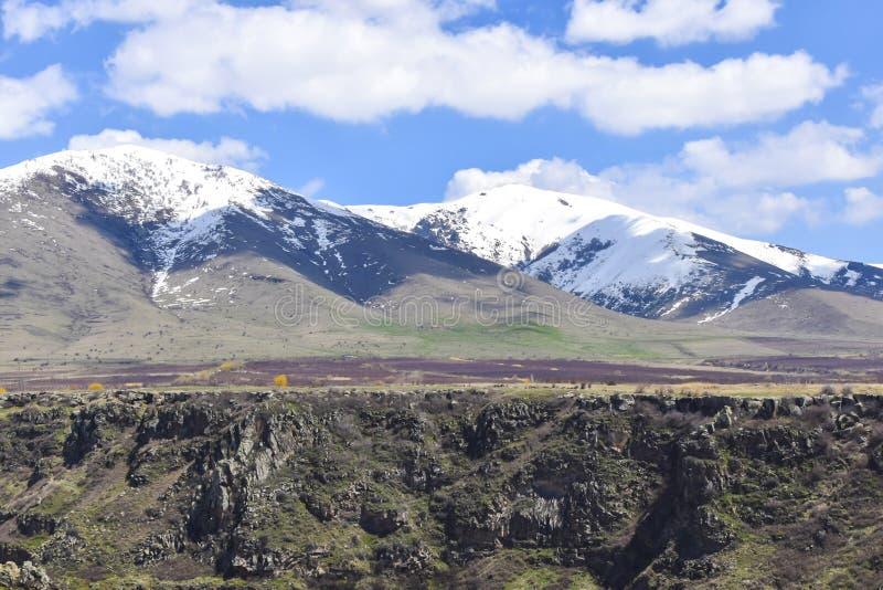 bergen in van het de canionlandschap van de afstandsafgrond de lentegreens stock foto