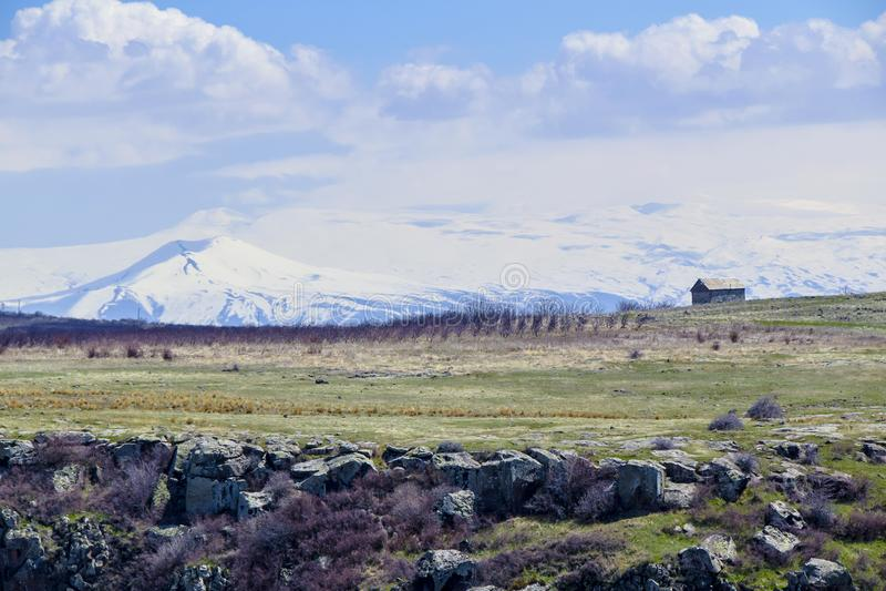 bergen in van het de canionlandschap van de afstandsafgrond de lentegreens royalty-vrije stock afbeelding