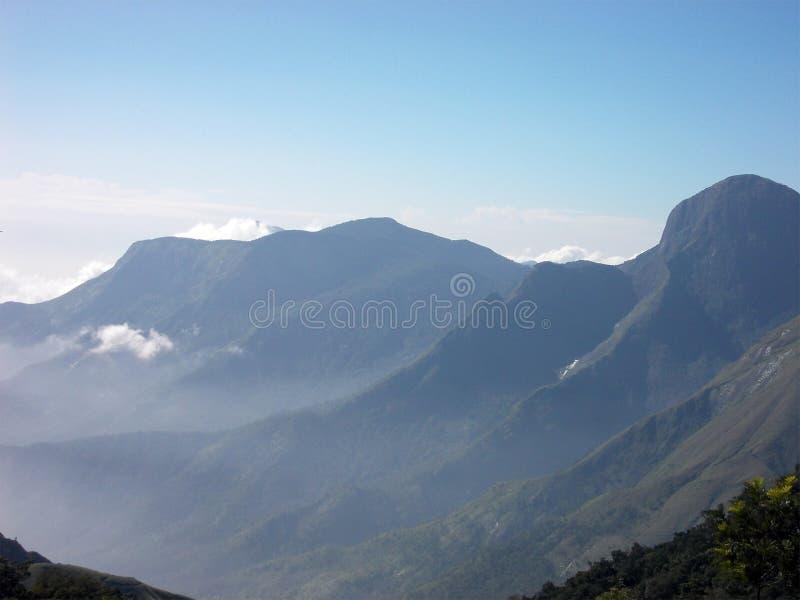 Bergen van Kerala met nevelige voorwaarden royalty-vrije stock afbeeldingen