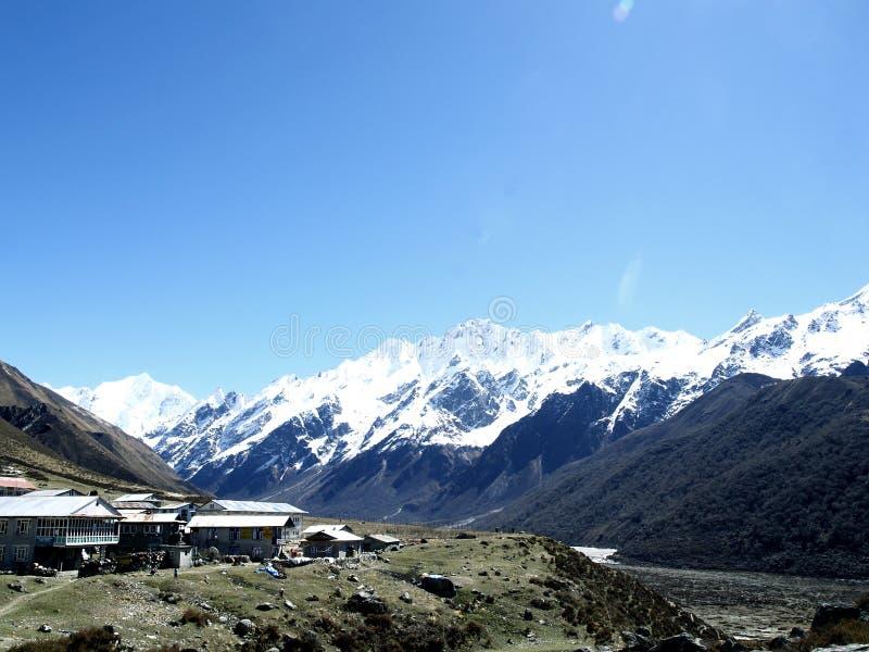 Bergen van Kyanjin Gompa worden gezien die stock foto's