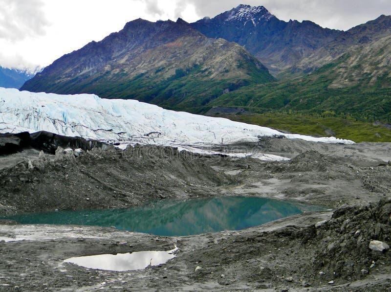 Bergen voorbij een gletsjer stock foto