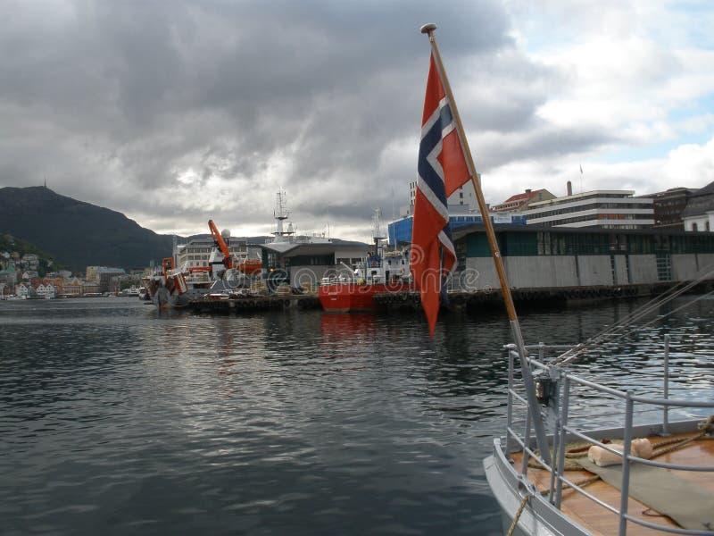 Bergen Waterfront con la bandiera norvegese fotografia stock libera da diritti