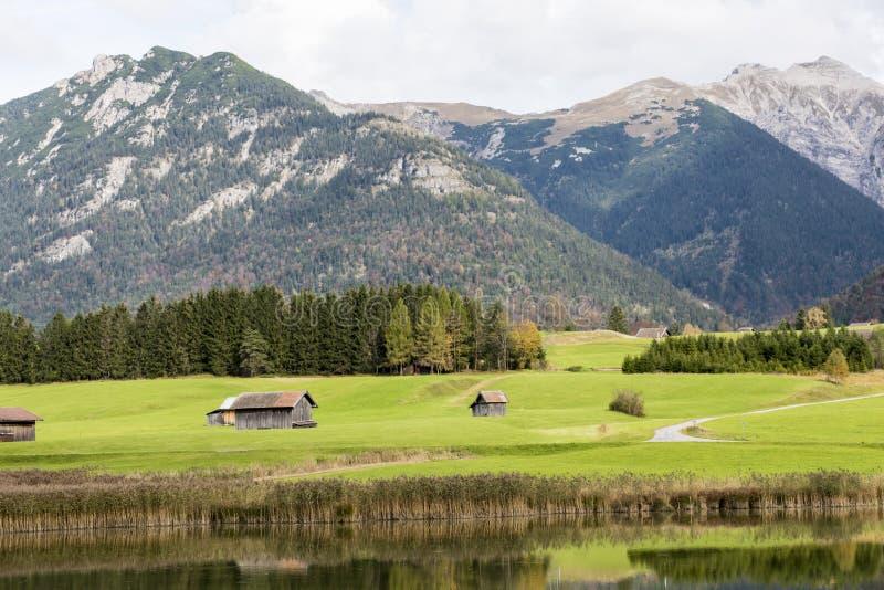 Bergen, weiden en meer Beieren stock afbeeldingen