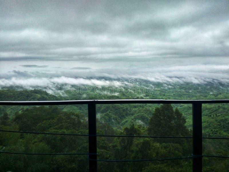Bergen in wolken worden behandeld die stock foto